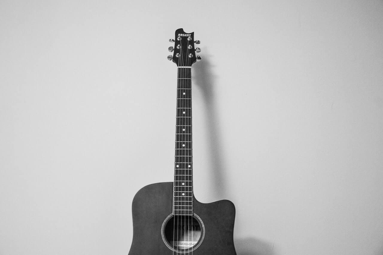Начинаем играть на гитаре
